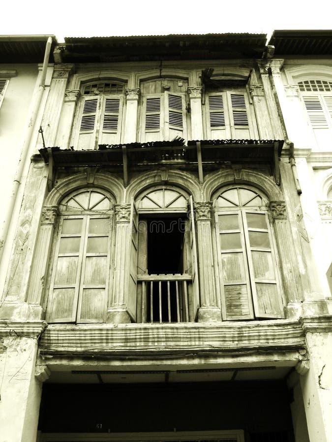 Vecchie finestre di legno dello shophouse fotografia stock for Finestre di legno