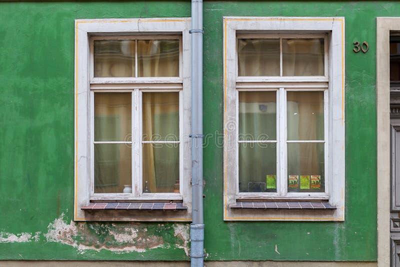 Vecchie finestre nella casa in affitto fotografia stock libera da diritti