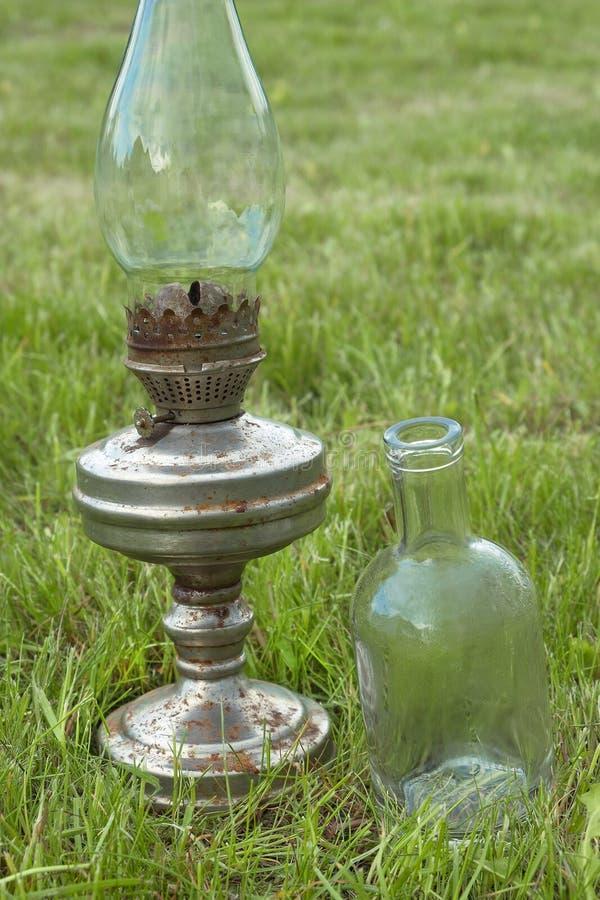 Vecchie lampada e bottiglia di cherosene fotografia stock