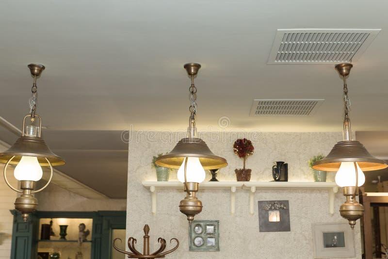 vecchie lampade di pendente contro la parete in caffè o in ristorante fotografia stock