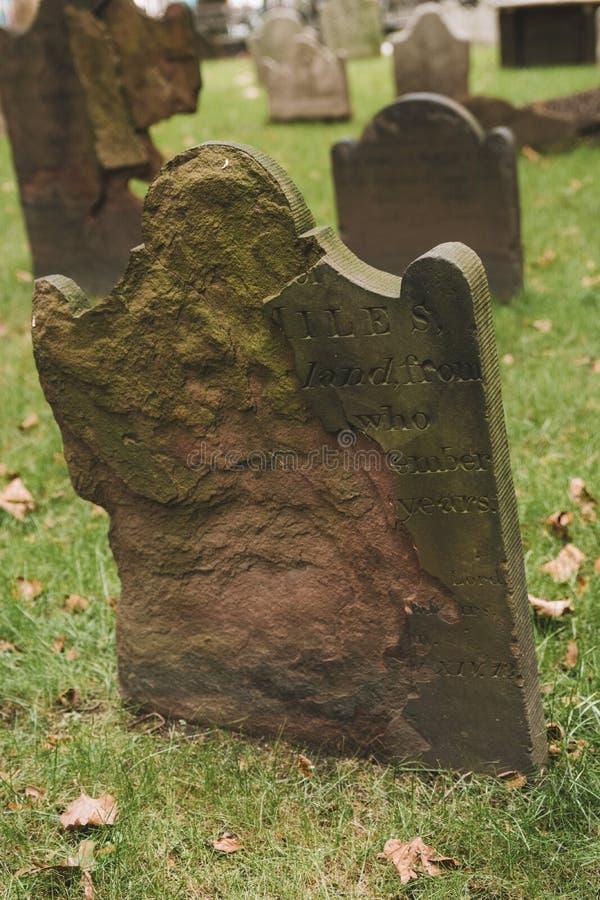 Vecchie lapidi al cimitero di Graveyard fotografie stock libere da diritti