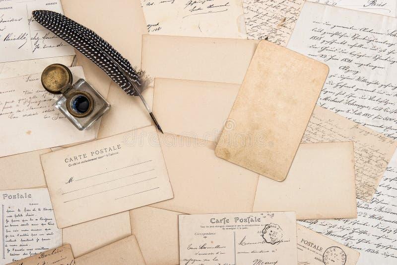 Vecchie lettere, cartoline d'annata e penna antica della piuma Derisione su fotografia stock