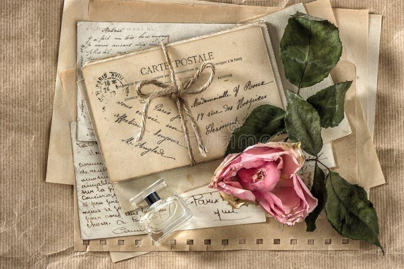 Vecchie lettere di amore, profumo e fiore rosa secco Carta dell'album per ritagli immagini stock libere da diritti