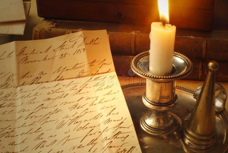 Vecchie lettere e candela, scrittura a mano elegante fotografie stock libere da diritti