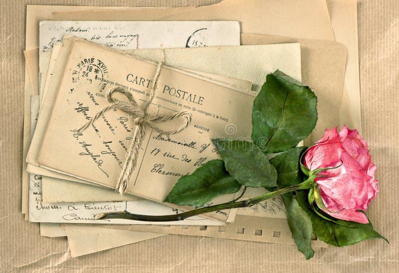 Vecchie lettere e fiore rosa Scrittura d'annata Retro stile immagini stock