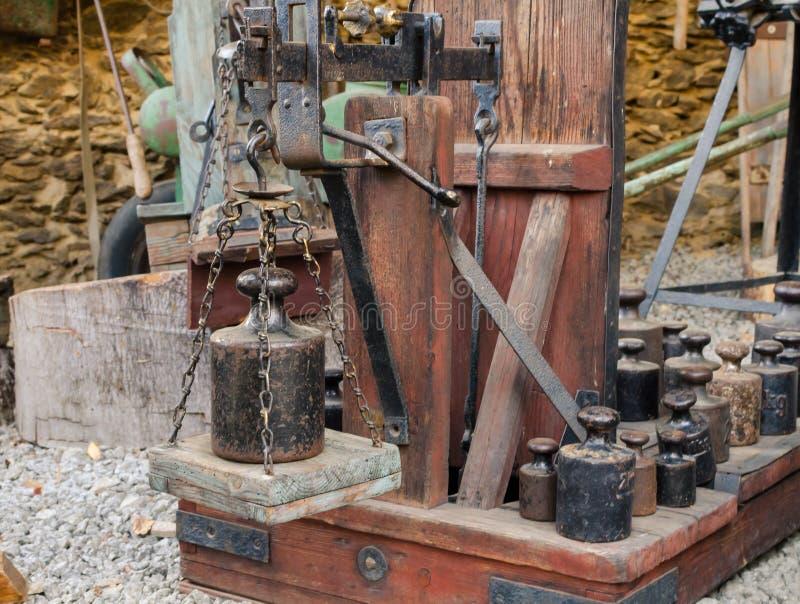 Vecchie leve dell'equilibrio con i pesi Scale d'annata del metallo e di legno con i pesi stabiliti del og fotografie stock
