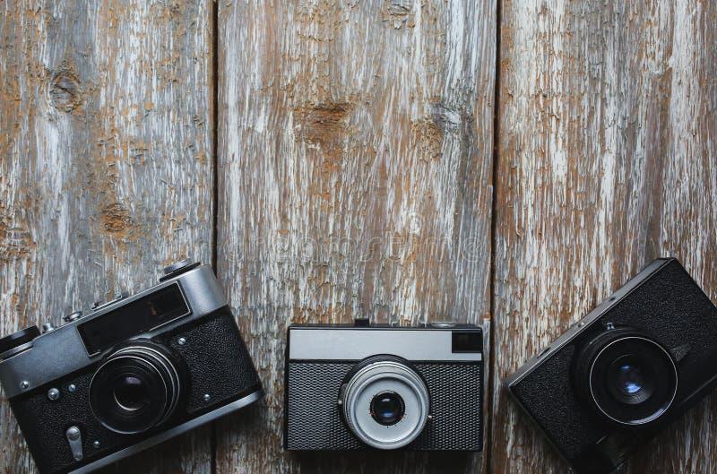 Vecchie macchine fotografiche della foto su vecchia struttura di legno fotografia stock libera da diritti