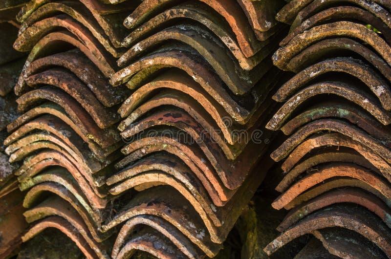 Vecchie mattonelle di tetto immagini stock