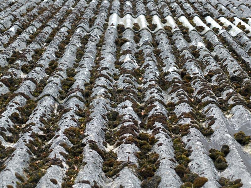 Vecchie mattonelle di tetto dell'amianto fotografie stock