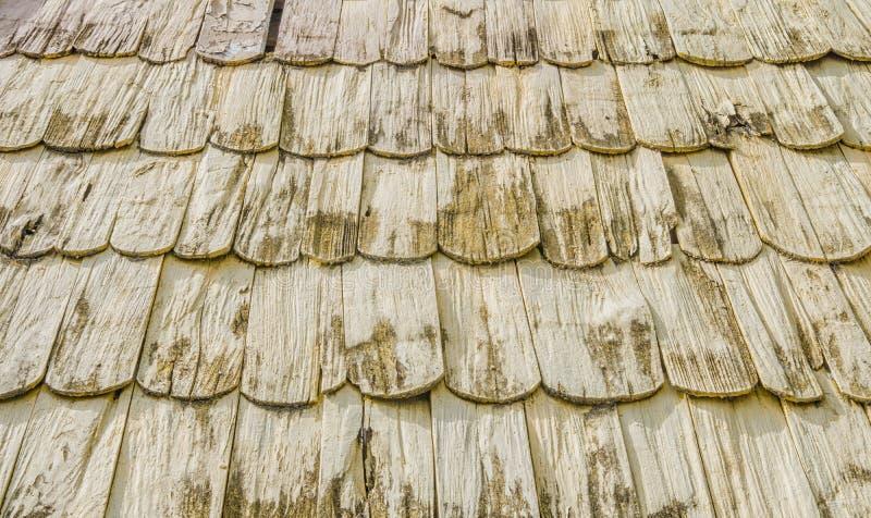 Vecchie mattonelle di tetto fatte di struttura di legno del fondo immagine stock