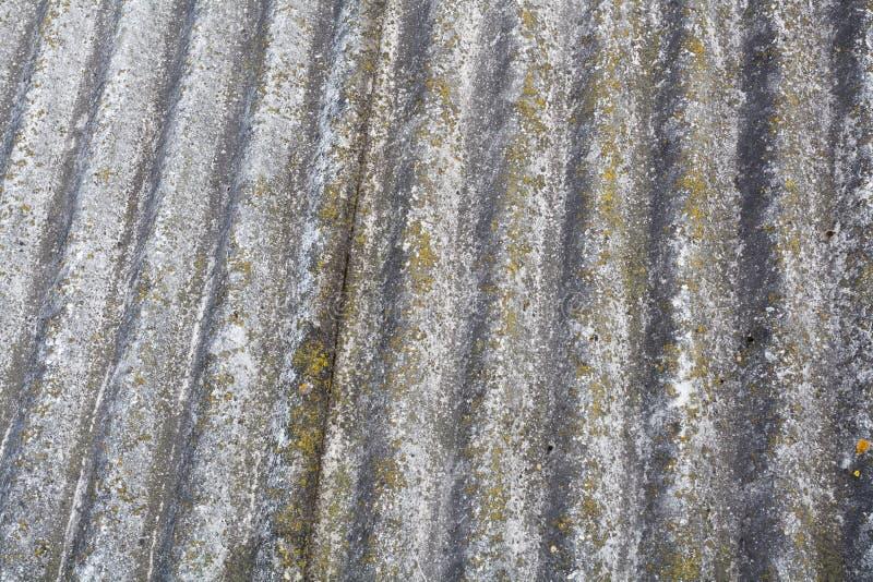 Vecchie mattonelle di tetto pericolose dell'amianto fotografia stock libera da diritti