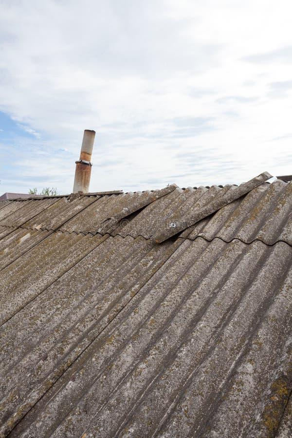 Vecchie mattonelle di tetto pericolose dell'amianto immagine stock libera da diritti