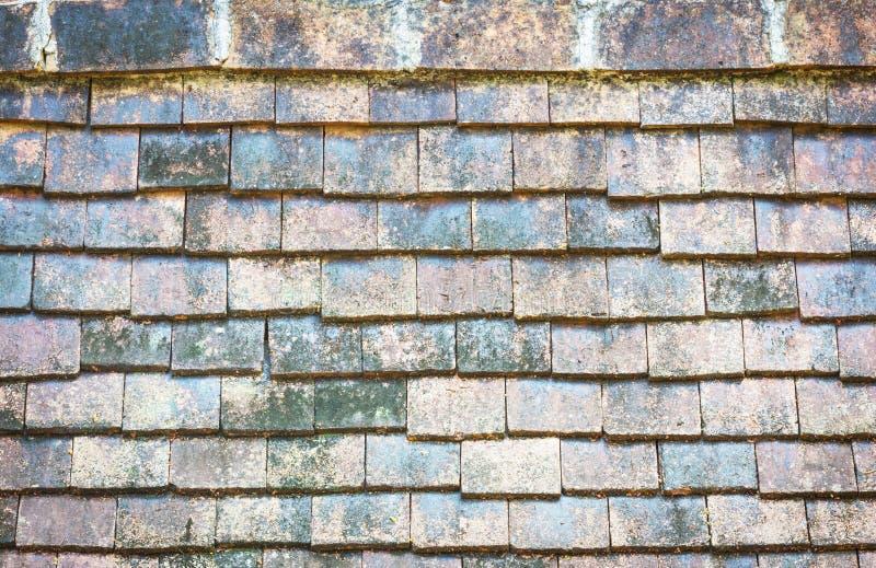 Vecchie mattonelle di tetto tradizionali del primo piano da argilla al forno fotografia stock
