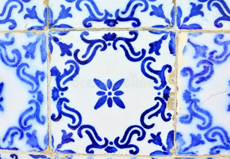Vecchie mattonelle tipiche del Portogallo, dettaglio di un azulejo classico delle piastrelle di ceramica immagine stock libera da diritti