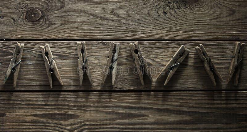 Vecchie mollette da bucato di legno immagine stock