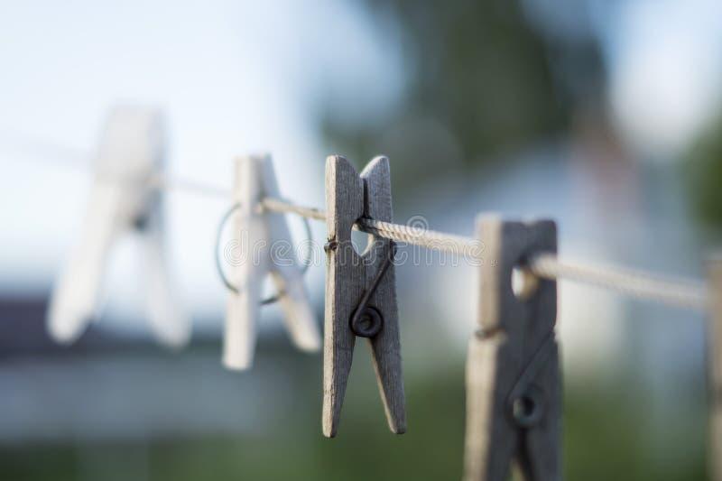 Vecchie mollette da bucato di legno su una corda fotografia stock libera da diritti