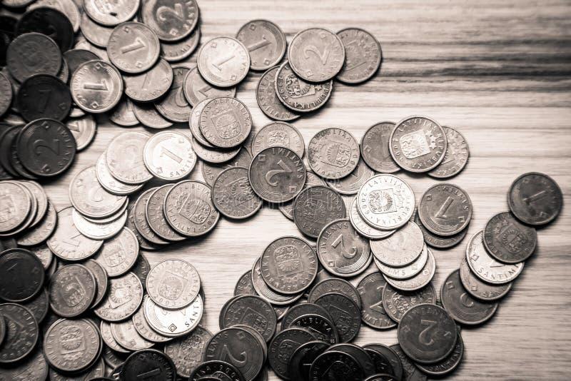 Vecchie monete lettoni su un fondo di legno - lo d'annata monocromatico fotografia stock libera da diritti