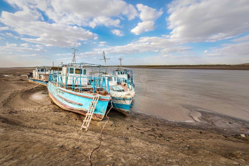 Vecchie navi sulla riva del Amu Darya di secchezza, l'Uzbekistan immagini stock