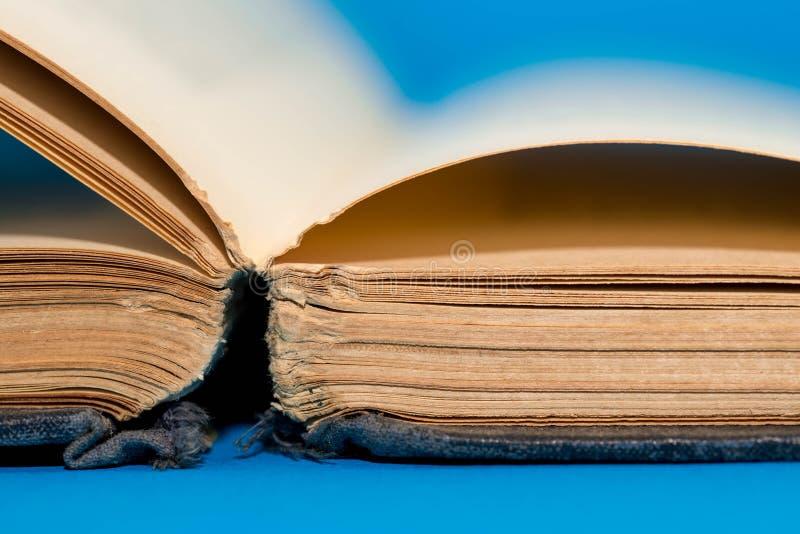 Vecchie, pagine vuote invecchiate del libro vicine sul macro colpo immagini stock libere da diritti