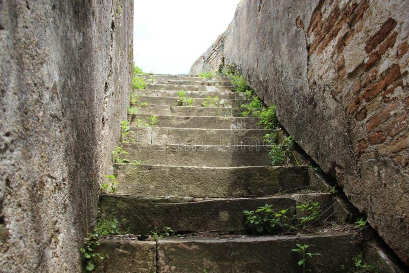 Vecchie pareti e scala fotografia stock libera da diritti