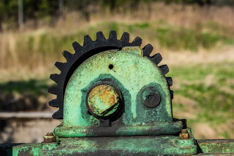 vecchie parti di metallo arrugginite dagli strumenti e dai meccanici anziani immagini stock