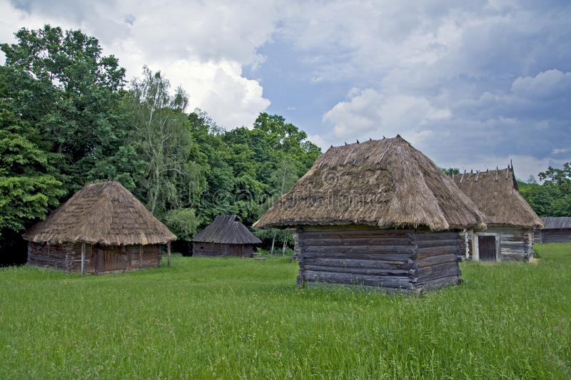 Vecchie piccole case rurali di legno fotografia stock for Piccole case di rinascita greca