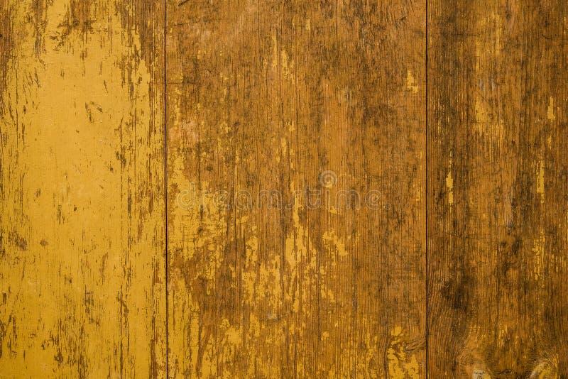 Vecchie plance dipinte gialle di lerciume con struttura di legno immagine stock