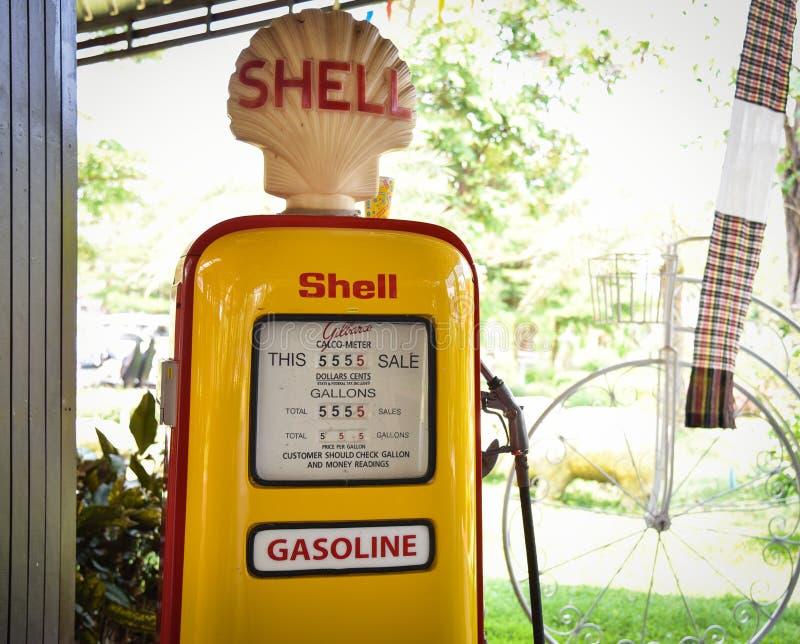 Vecchie pompe di gas gialle fotografie stock libere da diritti