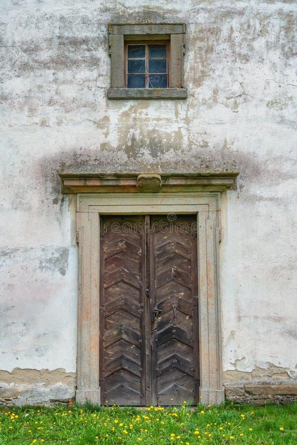 Vecchie porta e finestra di legno della chiesa fotografia stock