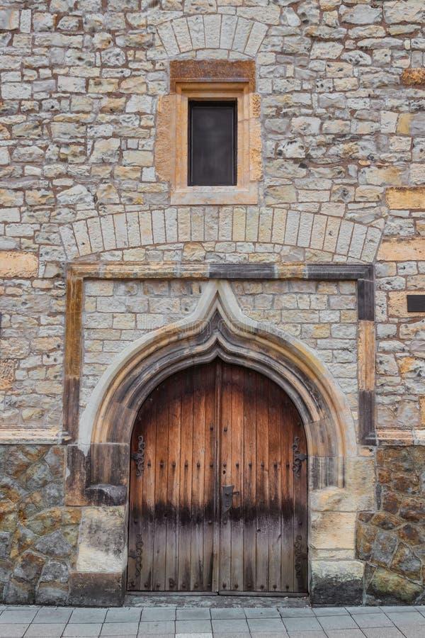 Vecchie porta e finestra di legno della chiesa fotografie stock libere da diritti
