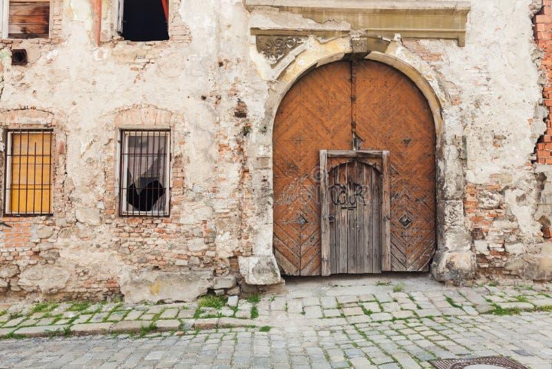 Vecchie porte di legno appassite rustiche di Brown fotografia stock
