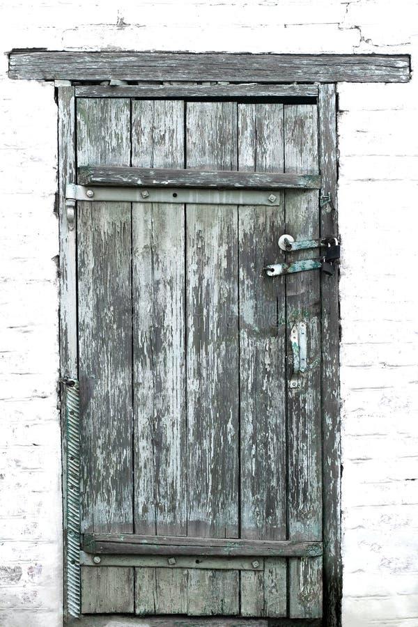 Vecchie porte di legno chiuse su due lucchetti contro il contesto di immagini stock