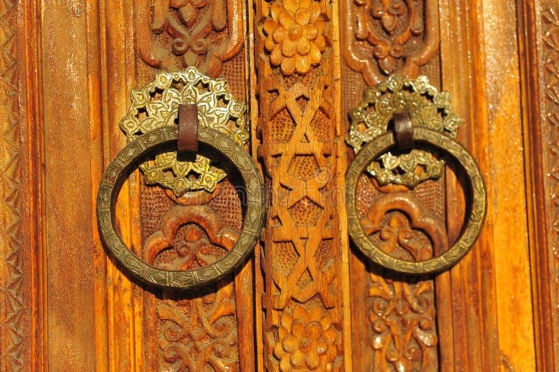 Vecchie porte di legno con il modello arabo fotografie stock libere da diritti