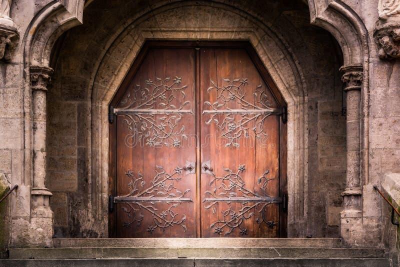 Vecchie porte di legno di rinforzo S del ferro dell'entrata medievale di medio evo fotografia stock