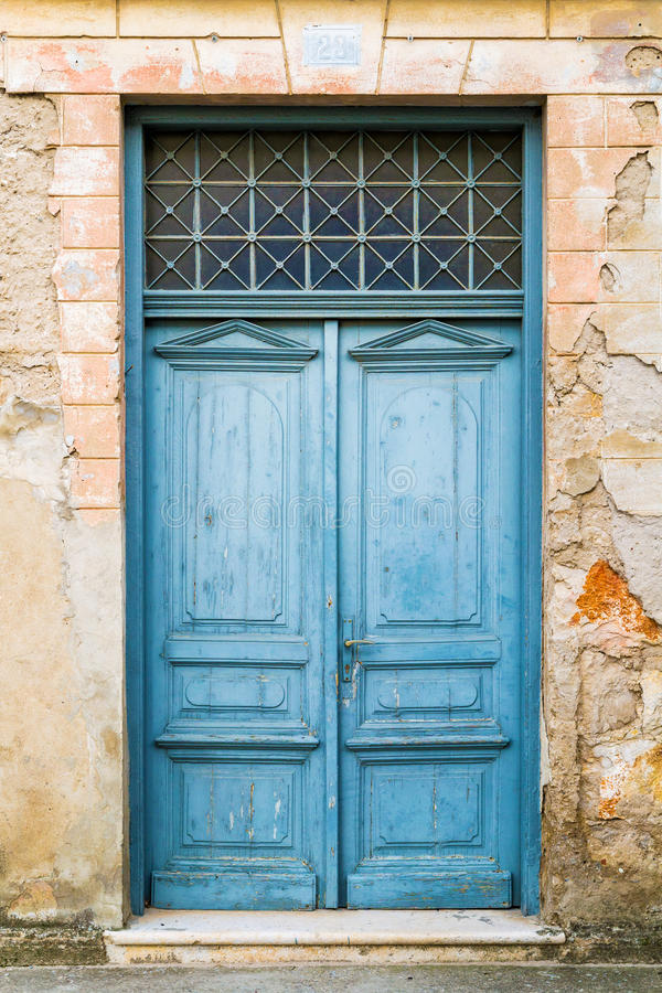 Vecchie porte di legno rustiche dipinte in blu fotografia stock immagine di accesso antique - Porte vecchie in legno ...
