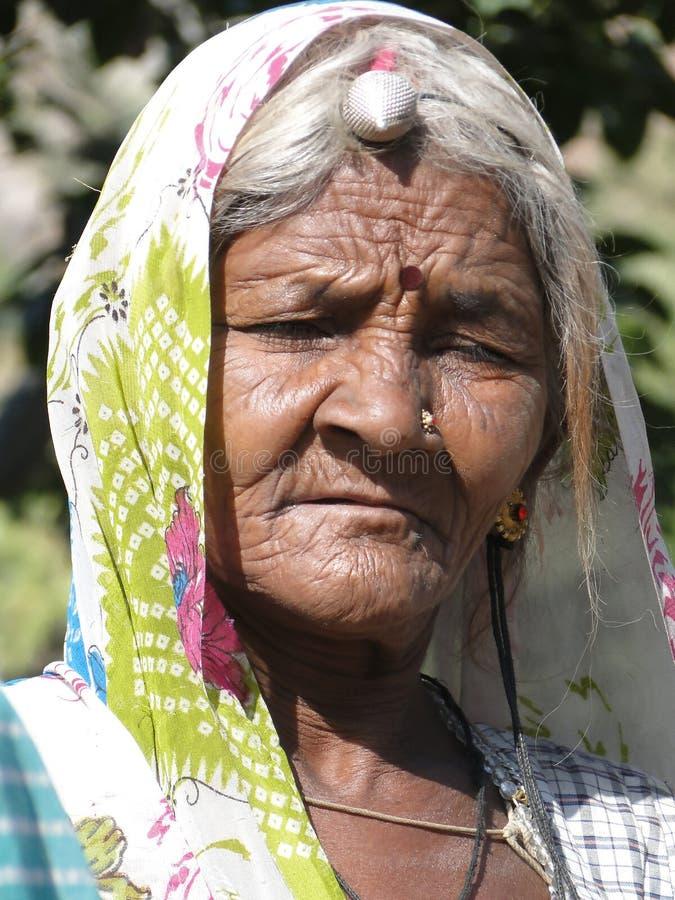 Vecchie pose indiane della donna per il suo ritratto fotografie stock