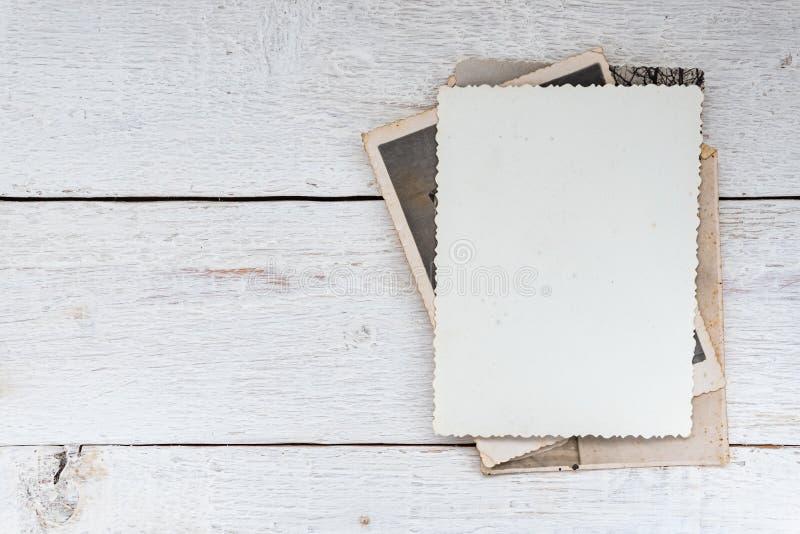 Vecchie retro foto su fondo di legno Priorit? bassa in bianco immagini stock