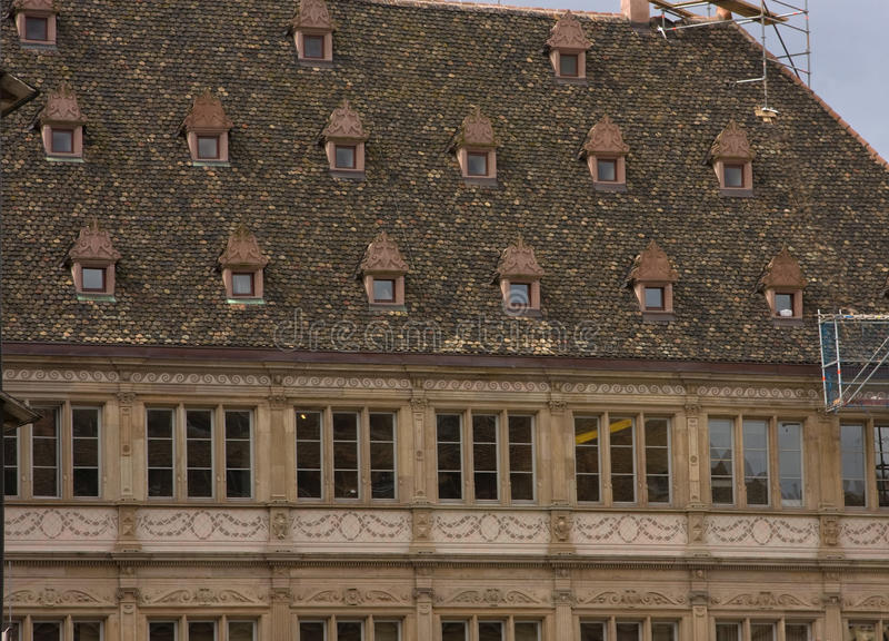 Vecchie riparazioni della Francia dello strasbough delle finestre del tetto fotografia stock libera da diritti