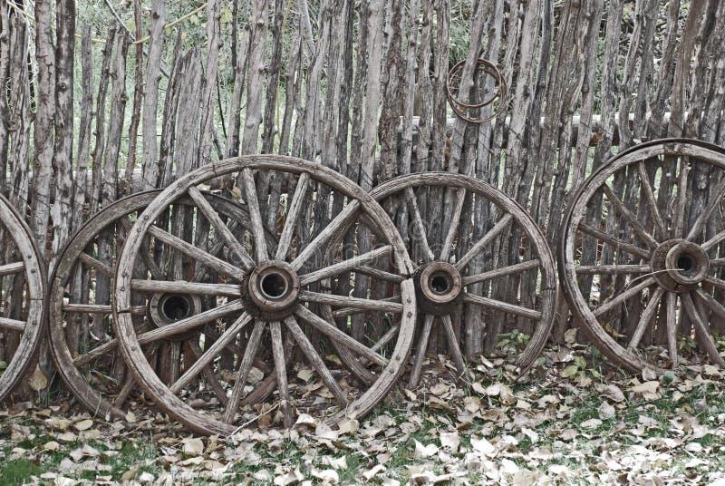 Vecchie rotelle di vagone ad ovest immagine stock libera da diritti