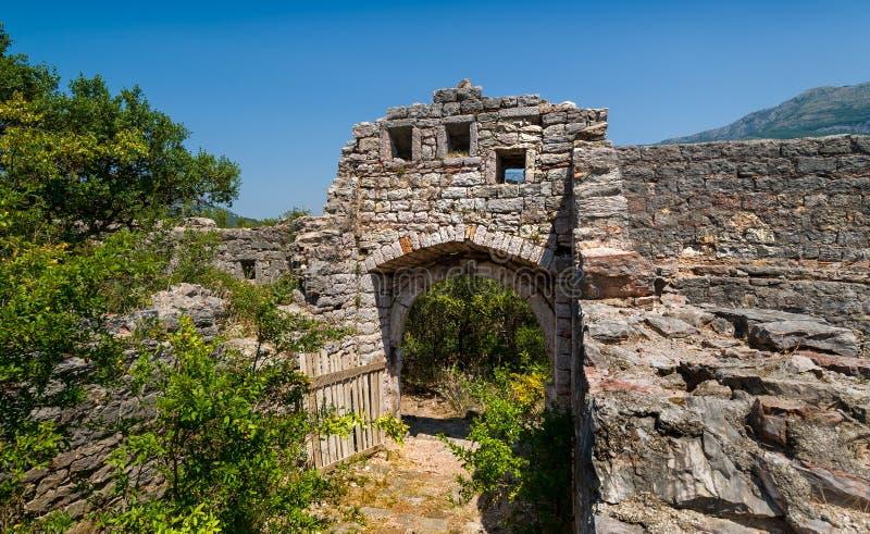 Vecchie rovine della fortezza, foto del tubo principale immagini stock libere da diritti