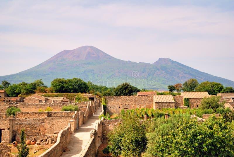 Vecchie rovine di Roman Pompei con il supporto Vesuvio fotografia stock
