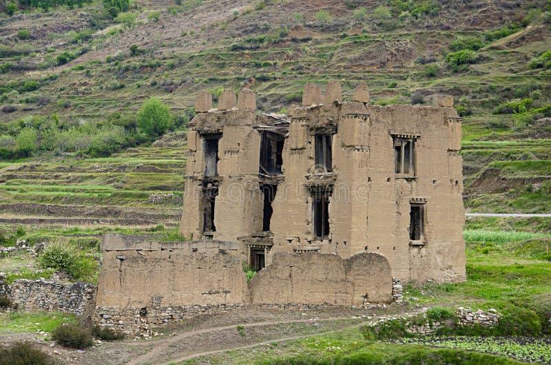 Vecchie rovine Sul modo a Chimi Lhakhang Individuato da qualche parte vicino a Lobesa Distretto di Punakha fotografia stock libera da diritti