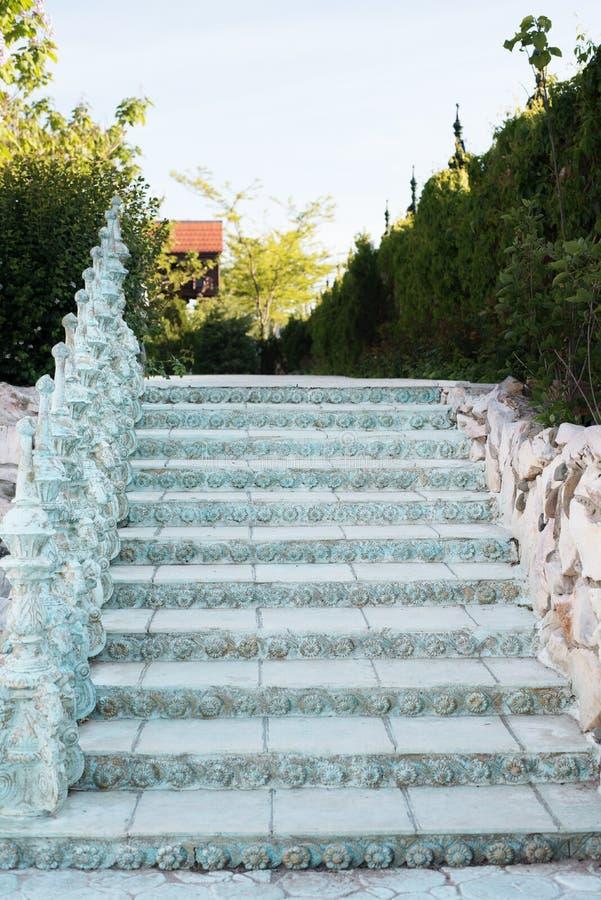 Vecchie scale barrocco all 39 aperto scale fatte della pietra vicolo in bello giardino con i fiori - Scale in giardino ...