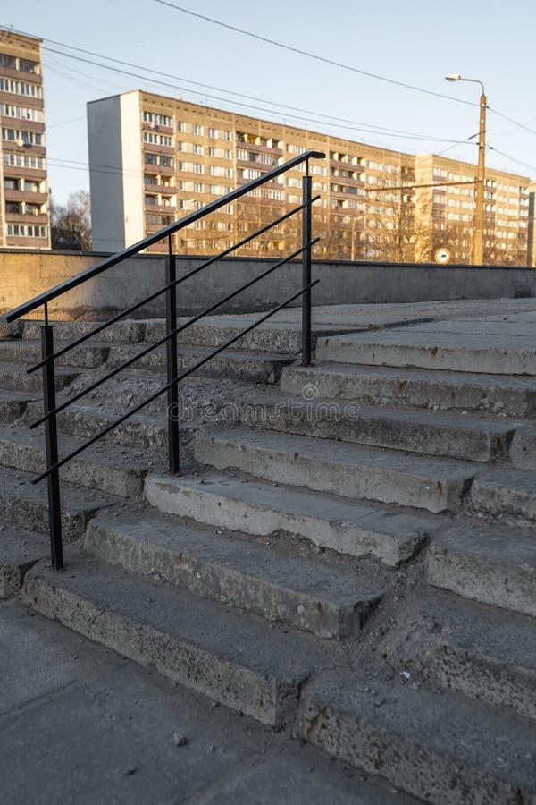 Vecchie scale decomposte fatte di calcestruzzo in un vecchio distretto sovietico a Riga, Lettonia immagini stock