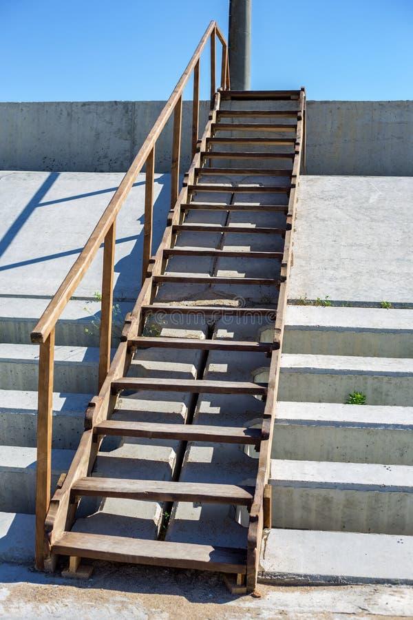 Vecchie scale di legno all'aperto Punti che conducono al mare fotografia stock