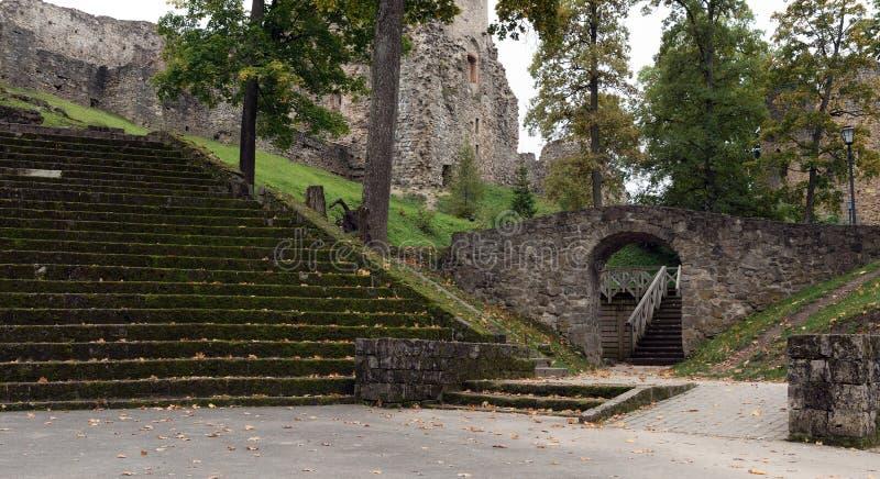 Vecchie scale ed arco di pietra sotto le rovine del castello nella città di Cesis, Lettonia immagini stock libere da diritti