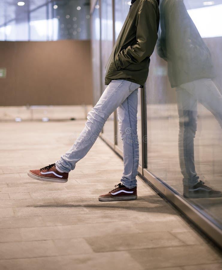 Vecchie scarpe di Skool dei furgoni nella via immagine stock