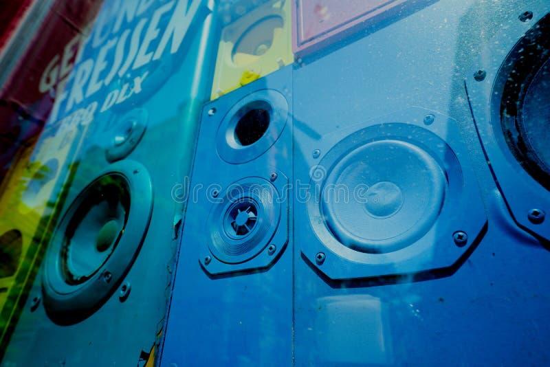 Vecchie scatole sane variopinte degli altoparlanti in vitrine della finestra del negozio Concetto di retro decorazione interna d' immagini stock libere da diritti
