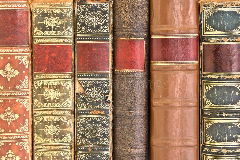Vecchie spine dorsali di cuoio del libro rilegato immagini stock