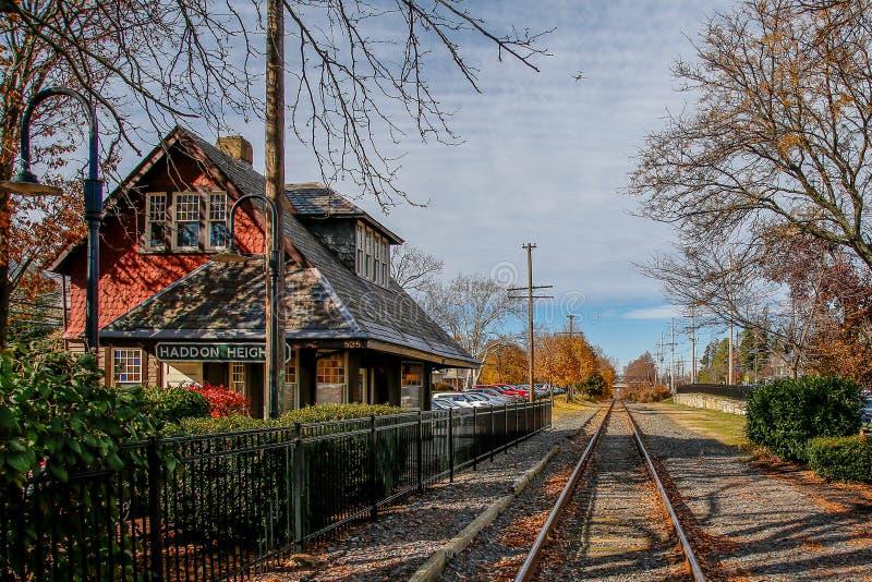 Vecchie stazione ferroviaria e piste, altezze di Haddon, New Jersey immagini stock
